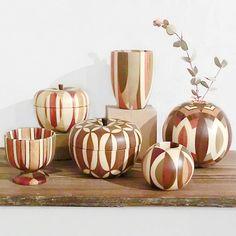 2012.9.8完売しておりました金指勝悦さんの寄木細工が入荷しました!一般的な寄木細工とは違い、無垢の寄木ブロックそのものをろくろで削り出し、立体作品を...