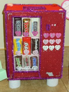 Valentine bag/box candy vending machine By: Rose Rosche Sheffield Unique Valentine Box Ideas, Valentine Boxes For School, Kinder Valentines, Valentines Day Party, Valentine Day Crafts, Minion Valentine, Printable Valentine, Homemade Valentines, Valentine Wreath