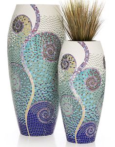 Mosaic vases : Who doesn't have a vase that could benefit from a little mosaic? Mosaic Planters, Mosaic Vase, Mosaic Flower Pots, Mosaic Tiles, Pebble Mosaic, Mosaics, Mirror Mosaic, Diy Mirror, Mosaic Art Projects