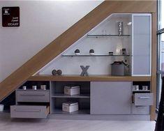 Le dessous d'escalier, un coin de la maison à optimiser pour gagner un maximum de place ! Étagères, placards, dressing, rangement des chaussures, mini-bar... Sur mesure, ou prêt à monter quelques idées pour vous inspirer et aménager un espace fonctionnel et futé sous l'escalier ! rédigé le 30/12/20