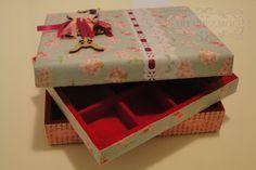 Caixa flocada com 9 divisórias e bandeja aberta