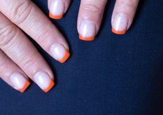 Oranje nagels. Subtiel.