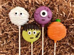 Halloween Oreo cookie pops / chocolate covered Oreo / party favor / one dozen - lila blue - Holidays Halloween Cocktails, Halloween Desserts, Hallowen Food, Dulces Halloween, Halloween Oreos, Halloween Cake Pops, Halloween Chocolate, Halloween Food For Party, Halloween Cookies