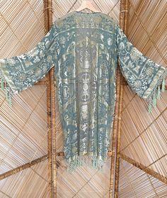 Chaqueta kimono preciosa Tejido voile verde menta muy pálido con los patrones de medallón de terciopelo cubrir a ti mismo en magnífico kimono de terciopelo y el agotamiento Granos cosidos que brillan en la luz de la mano fotos no a esta justicia chaqueta increíble. franja moldeada gotitas cuelga alrededor dobladillo, mangas y pecho  mediciones de parte superior del hombro a dobladillar 40 y 7 de fringe axila a axila cuando colocan acostadas 21 longitud de la manga 18 ancho de manga 9…