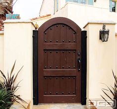 Classic Wooden Gates Will Make Your Home Look Great – The Urban Interior – Modelos de Puerta Wooden Gate Designs, Wooden Gates, Wooden Fence, Wooden Doors, Diy Fence, Side Gates, Front Gates, Entry Gates, Backyard Gates