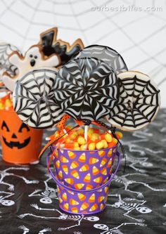 Halloween Spider Web Cookie Pops from Our Best Bites (best sugar cookie icing shape) Halloween Party Treats, Halloween Sugar Cookies, Halloween Food For Party, Halloween Desserts, Holiday Treats, Baby Halloween, Holiday Fun, Halloween Foods, Spooky Halloween