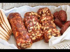 Vánoční salámek z datlí a sušenek.