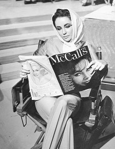 Elizabeth Taylor in Rome on the set of Cleopatra, reading the January 1962 issue of McCall's (she's on the cover). Old Hollywood Glamour, Golden Age Of Hollywood, Vintage Hollywood, Hollywood Stars, Classic Hollywood, Hollywood Cinema, Cleopatra, Divas, People Reading
