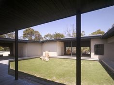 Courtyard House Somers / Opat Architects | ArchDaily