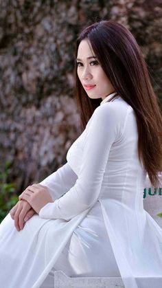 That la dam ma . Vietnamese Clothing, Vietnamese Dress, Vietnamese Traditional Dress, Traditional Dresses, Oriental Fashion, Asian Fashion, Women's Fashion, Ao Dai, Beautiful Asian Women