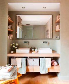 La calidez de la madera y el aprovechamiento de la luz marcan la personalidad de esta cocina de aire rústico..