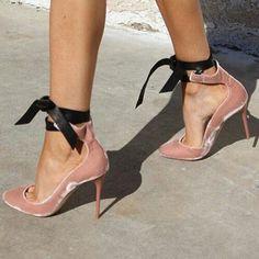 """Feliz miércoles 🙋🏼 """"Tenemos que hacer planes para ser libres y no solo para estar seguros, porque de hecho, solo la libertad nos puede dar seguridad"""" pisando fuerte 👠 #terciopelo #shoes #zapatos #streetstyle #love #igers #instag #instapic #instalook #instagramers #ootd #outfit #outfitoftheday #blog #blogger #cute #L4L #like4like #lífestyle #look #trendygirl #trendy #trends #style #stylish #instagramer"""