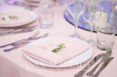 Decoratiuni nunta servet roz IssaEvents 2017 Napkins, Table Decorations, Weeding, Tableware, Home Decor, Grass, Dinnerware, Decoration Home, Weed Control