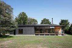 この写真「外観」はfeve casa の参加建築家「鈴木宏幸/アトリエ137一級建築士事務所」が設計した「052いすみ岬町Oさんの家」写真です。「平屋 」カテゴリーに投稿されています。