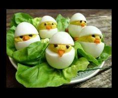 Gevulde eitjes met een kappertje als oogje, of rozijntje voor kinderen. Eigeel vulling stevig houden.