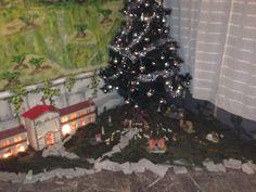 Primo presepe, sotto l'albero, nella parrocchia di Lavena Ponte Tresa (VA). #presepe #natale #christmas #vitamaker #pontetresa