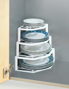 Mettez à profit les coins et la hauteur de vos placards de cuisine pour ranger vos assiettes de manière hygiéniques et sûre