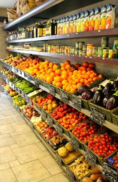 Little market in italy Organic Market, Fresh Market, Fruit And Veg Shop, Farmers Market Display, Vegetable Shop, Supermarket Design, Online Grocery Store, Pizzeria, Farm Store