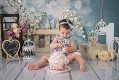 Smash The Cake - Jardim da Larissa - Jau 1st Birthday Photoshoot, Baby Girl Photography, Baby Girl First Birthday, Cake Smash Photos, Photo Sessions, First Birthdays, Backdrops, Flower Girl Dresses, Table Decorations