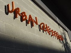 Une enseigne sans enseigne : linnovation Urban Outfitters