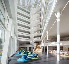 Interior do Banco da Suécia, em Landsvägen, Sundbyberg, Suécia. Arquitetura: 3XN. Fotografias: Adam Mork.