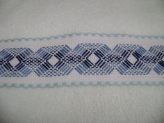 Las toallitas faciales de este juego bordado en celeste-azul, son las siguientes: esta es la primera, utilicé una cenefa de cuadrillé con borde celeste y como siempre mi bordado favorito, el yugoslavo