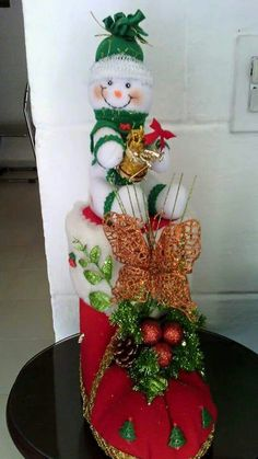 Imagem do Pin Felt Christmas Decorations, Christmas Ornaments To Make, Christmas Wood, Christmas Snowman, All Things Christmas, Christmas Stockings, Christmas Wreaths, Snowman Crafts, Christmas Crafts