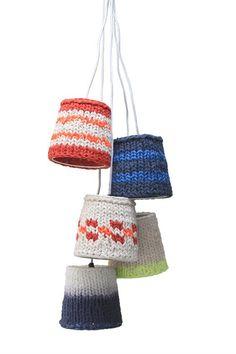 Gebreide lampenkappen - Gerepind door www.gezinspiratie.nl #breien #breispiratie #knutselen #creatief #kind #leuk #knitting