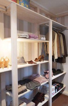 """Há muitas maneiras de se arrumar roupa e acessórios. Em armários abertos com cruzetas à vista, em armários com portas ou ainda em verdadeiros espaços reservados simplesmente ao mundo da moda, onde se pode fechar lá dentro e e sair vestido/a. Se tivesse oportunidade de escolher e optar, decididamente preferia manter a sua roupa livre de pó e dos olhos mais curiosos? Ou transformar o seu quarto numa """"quase"""" agradável loja, onde tudo está à distância de um toque? A sua escolha afe..."""