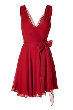 RALPH LAUREN  Parisian Red Crinkle Silk Chiffon Jeanette Dress  With its gauzy silk chiffon and sweet bow sash, Ralph Lauren's rich red dress is an ultra-romantic choice for cocktails     Tailored bodice, full skirt  Material: 100%Silk  599 €