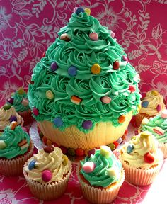 Thanksgiving ceremony giant cupcake and cakes Xmas tree giant cupcake Christmas Cake Designs, Christmas Tree Cake, Christmas Cupcakes, Christmas Desserts, Christmas Treats, Christmas Baking, Xmas Tree, Merry Christmas, Large Cupcake Cakes
