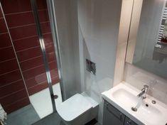 Douche à l'italienne, murs carrelés, paroi de douche en verre. Un vasque, miroir, toilette suspendu. Un séche serviettes. Studio Moderne + Terrasse en Centre Village - Appartements à louer à Argelès-sur-Mer