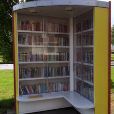 Twee kasten in de vorm van een boek vormen de minibieb in Tollebeek, Noordoostpolder, tegenover de plaatselijke supermarkt.