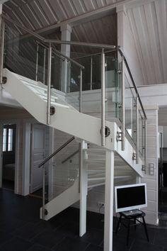 Kuva Steel 9: Valkoiseksi maalattu U-porras kannatettuna puupilareilla. Kaidemalli Steel Loft, Bed, Furniture, Home Decor, Homemade Home Decor, Stream Bed, Lofts, Home Furnishings, Beds