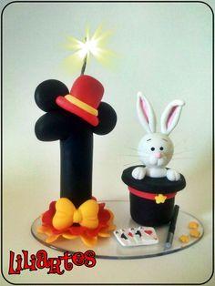 Enfeite estilizado para topo de bolo, tema Circo do Mickey.  Técnicas utilizadas: Modelagem em biscuit (feito à mão)  **Também faço projetos personalizados com o tema, personagens, cores, tamanho, posição e detalhes que você escolher, para mesa ou topo de bolo.  $$ O preço varia de acordo com o t...