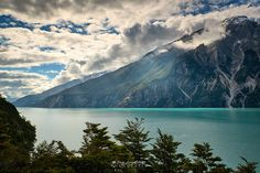 El Lago Los Leones se encuentra 28 kms al oeste de la Carretera Austral y 30 kms al sur de Puerto Tranquilo. Se llega viajando por un camino vecinal apto para 4x4  y luego de una caminata de 9,5 kms. bordeando el rio Los Leones hasta la confluencia con el rio Fiero, poco mas adelante se encuentra el borde oriental del lago. Con sus aguas color turqueza, rodeado de un imponente marco de montañas de mas 2.000 mts de altura ofrece uno de los mayores espectaculos escenicos de este tramo. Tres…