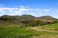 Paysage - Département du Puy-de-Dôme - www.auvergne.fr Belle Photo, Golf Courses, Country Roads, France, Photos, Nature, Travel, Mountains, Auvergne