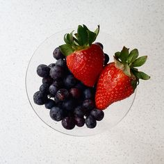 Staying hydrated and lose weight can be easier if you include fresh fruits în your daily diet. Berries like strawberries and blueberries are a great option. Blueberries, Strawberries, Drink More Water, Stay Hydrated, Good Mood, Fresh Fruit, Healthy Snacks, Healthy Lifestyle, Lose Weight