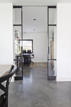 Gevlinderde woonbeton vloer in midden grijs   OBLY.com Flooring, Room Divider, Furniture, House, Living Room, Home, Interior, Ensuite, Home Decor