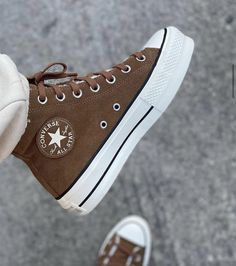 Dr Shoes, Hype Shoes, Me Too Shoes, Shoes Sneakers, Brown Sneakers, High Top Sneakers, Converse Haute, Mode Converse, Brown Converse