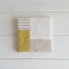 ハギレの種類それぞれが少なくても、バランス次第でどんな布同士でも合わせられます♪ Fabric Crafts, Sewing Crafts, Sewing Projects, Tea Coaster, Fabric Coasters, Fabric Storage Bins, Fabric Remnants, Japanese Fabric, Mug Rugs