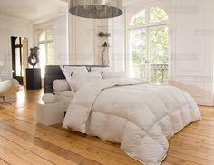Style et authenticité pour cette chambre habillée d'une couette, d'oreillers, d'un traversin et d'un surconfort / surmatelas DROUAULT.