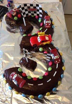 A beautiful cake for 3 years on the theme of cars Preparation time: 40 minutes Cooking time: 35 minutes Ingredients: For 2 cakes: – 2 yogurts – 6 eggs – 4 pots … - Number Cakes, Gorgeous Cakes, Cakes For Boys, Sweet Cakes, Cake Designs, Cooking Time, Kids Meals, Sweet Recipes, Cupcake Cakes