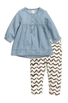 Vestido y leggings: Conjunto de algodón. Vestido de manga larga en denim suave y lavado con motivo estampado, y botones en la parte superior y en los puños. Leggings en punto con estampado y cintura elástica.