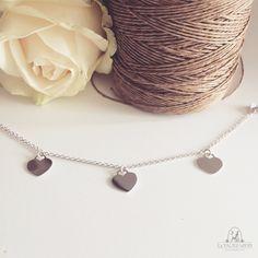 Bracciale Coeur in argento 925 composto da una catena semplice e da tre ciondoli a forma di cuore.  Luminoso ed essenziale, è bellissimo portato da solo e perfetto insieme ad altri bracciali in argento.  Possibilità di incisione.