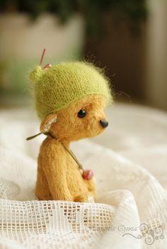 Боня. Мишку сшила на заказ по мотивам мишки Бони. Деточка получилась тихоней и очень ласковой малышкой. Сшита малышка из нежнейшей вискозы ручного крашения. Внутри шерсть и стальной гранулят. Ручки, ножки и голова подвижные. Шапочку можно снимать.