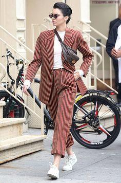 Как носить поясные сумки  примеры   Журнал Cosmopolitan Кендалл Дженнер,  Мода Сорванца, Стиль 8a9fec19da6