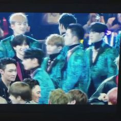 BRIEF VIDEO: Taemin (SHINee) looking for Jimin at MAMA 2016 to congratulate him - their bromance is so cute!
