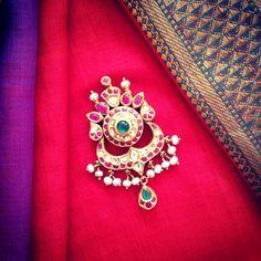 Love the pendant Antic Jewellery, India Jewelry, Temple Jewellery, Jewellery Designs, Bridal Jewellery, Jewelry Sets, Emerald Jewelry, Gold Jewelry, Colombia