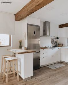 Kitchen Inspiration // WestWing The Perfect Scandinavian Style Home Kitchen Stools, Kitchen Decor, Rustic Chic Kitchen, Decor Interior Design, Interior Decorating, Scandinavian Style Home, Hygge Home, Best Kitchen Designs, Ceiling Decor